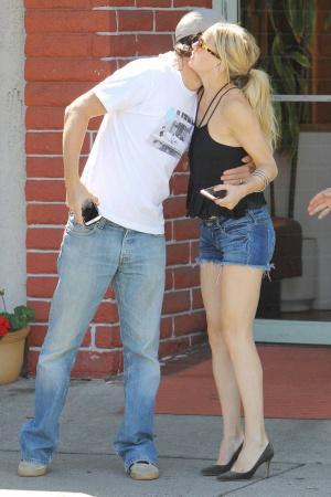 Кейт Хадсон показала стройные ножки