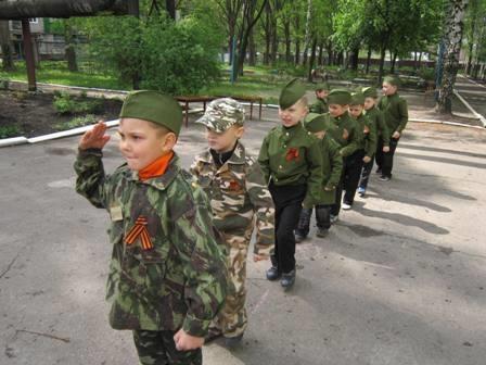 В Горловке детей одели в форму Беркута (ФОТО)