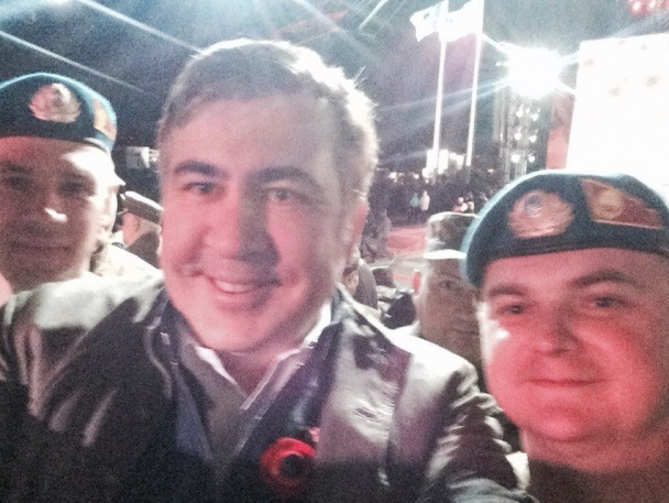 Саакашвили сделал селфи с украинскими десантниками (ФОТО)