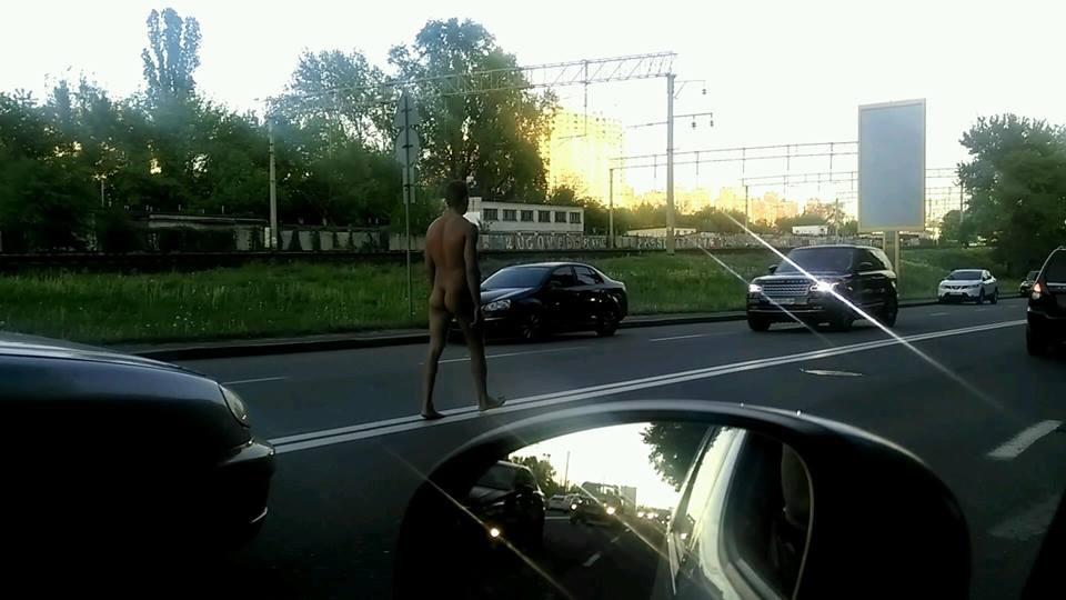 По Киеву разгуливал голый мужчина (ФОТОФАКТ)