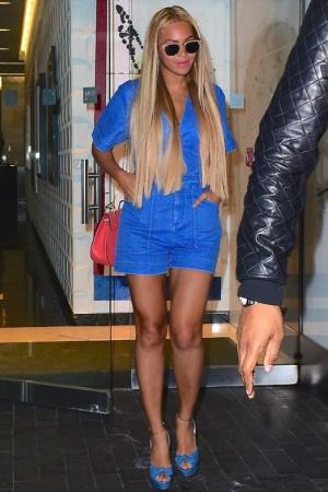 Бейонсе показала стройные ножки в стильном наряде