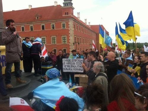 Помянуть крымских татар в Варшаве вышли украинцы и белорусы