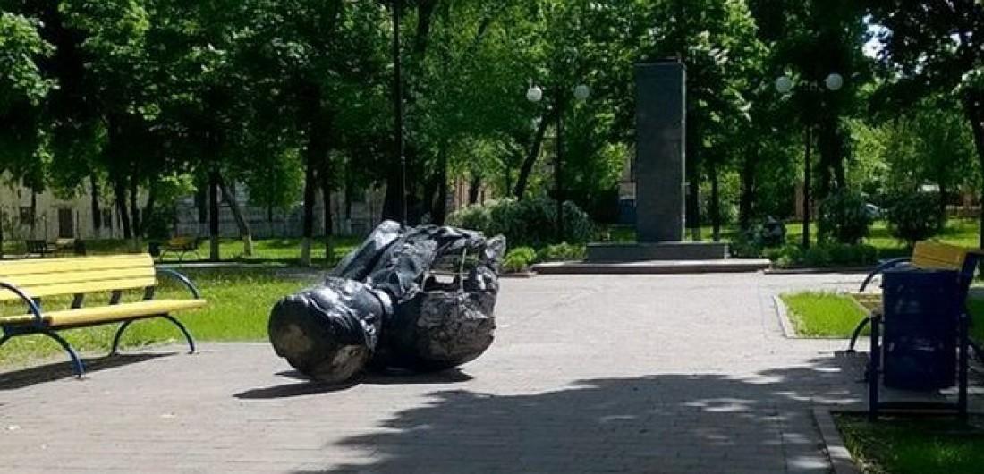 В Харькове ночью снесли 3 памятника коммунистам (ФОТО)