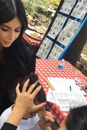 Дочери Ким Кардашьян сделали первый мейкап