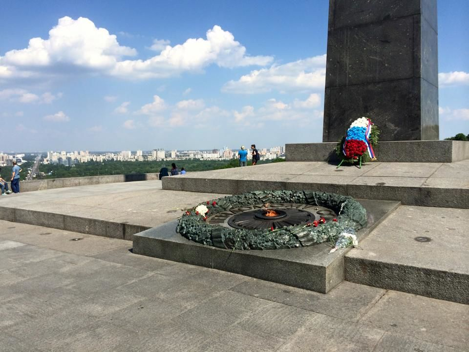 В Киеве у Вечного огня стоит венок с российским триколором