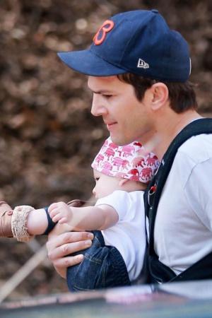 Эштон Катчер на прогулке с дочерью
