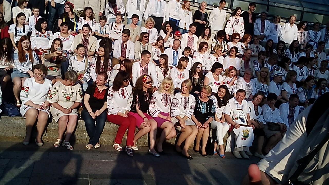В Киеве прошла акция массового фото в вышиванках (ФОТО)