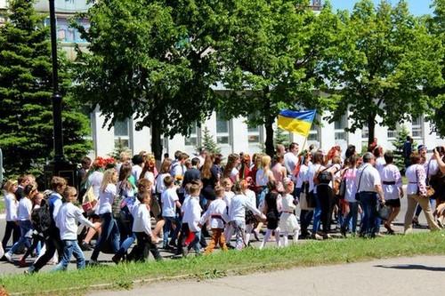 ФОТО: В освобожденном Лисичанске отметили День вышиванки