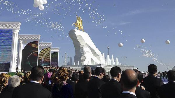 В Ашхабаде установили позолоченную 15 м-статую Президента