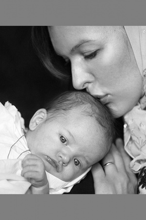 Милла Йовович показала фото с крещения дочки