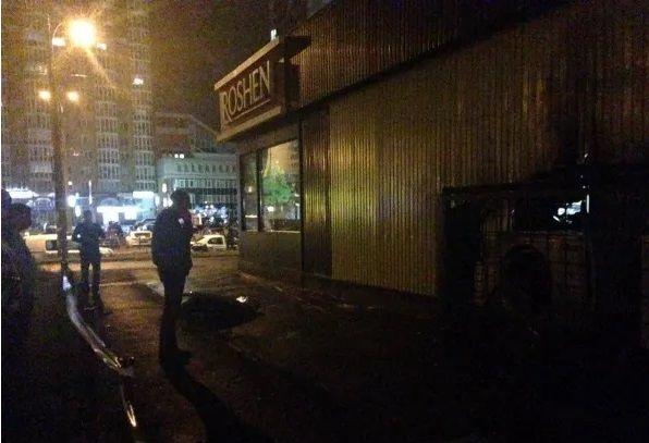 ФОТО: В Киеве на Оболони взорвали магазин ROSHEN