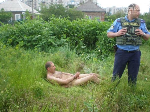 По Мариуполю бегал голый мужчина (ФОТО, ВИДЕО)