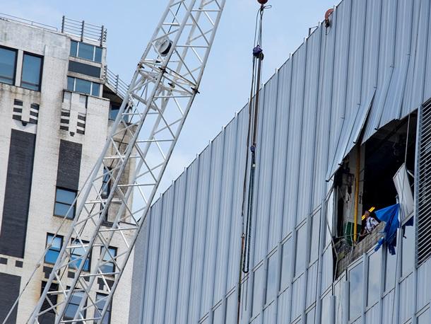 ФОТО: Строительный кран упал на небоскреб в центре Нью-Йорка