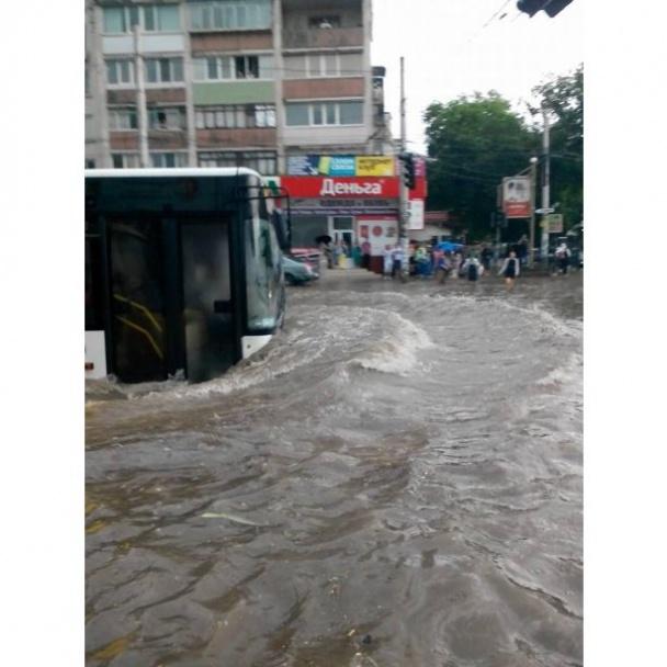 ФОТО: Сильный ливень затопил Симферополь