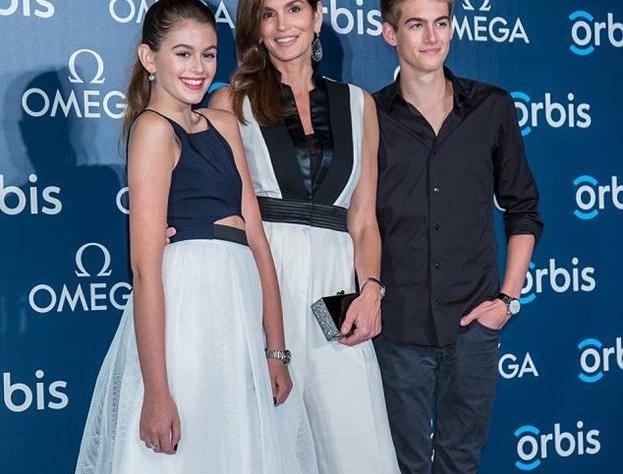 Синди Кроуфорд со своими детьми в Гонконге