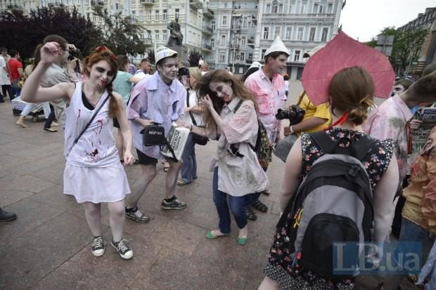 """ФОТО: В Киеве прошла зомби-акция против газеты """"Вести"""""""