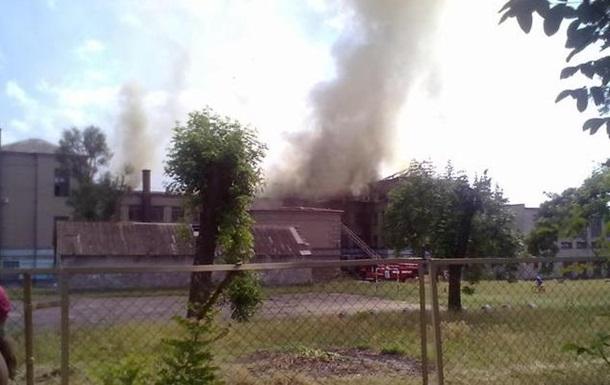 В Запорожье горит школа (ФОТО)