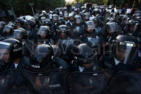 В Ереване протестующих против тарифов разогнали водометом