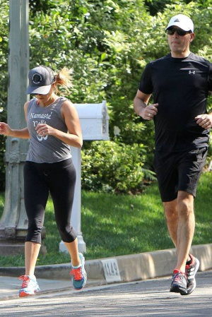 Риз Уизерспун на пробежке с мужем