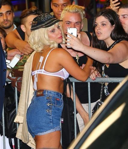 Леди Гага вышла в свет в нижнем белье