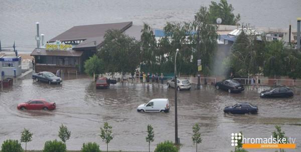 Ливень в Запорожье остановил движение транспорта (ФОТО)