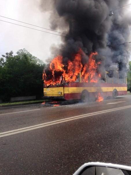 ФОТО: Во Львове сгорел дотла рейсовый троллейбус