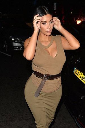 Беременная Ким Кардашьян показала пышные формы