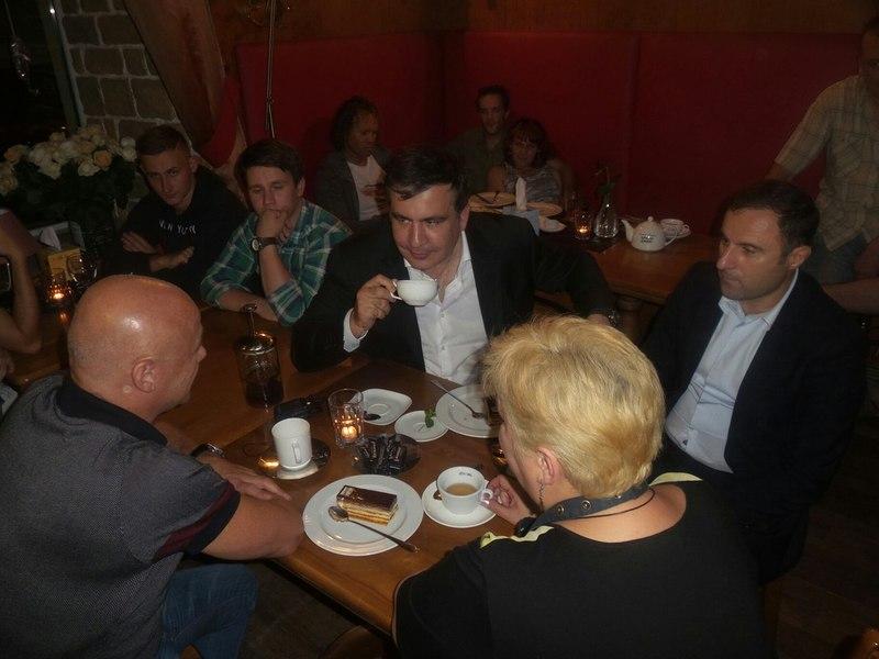 ФОТО+ВИДЕО: Саакашвили выпил чаю во взорванном в Одессе кафе