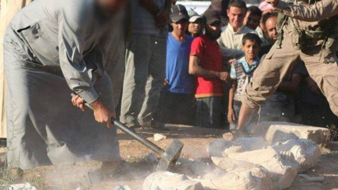 Боевики ИГ разрушили древние статуи из Пальмиры ради наживы