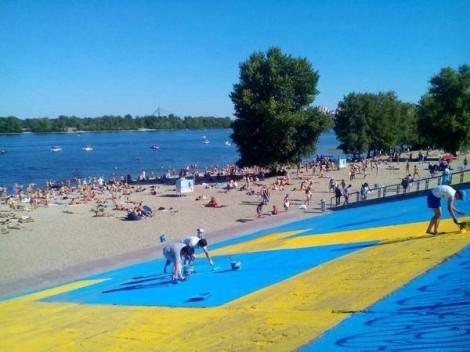 ФОТО: Гигантский крымскотатарский флаг нарисовали на Оболони