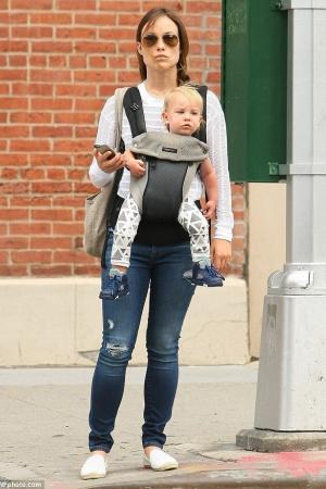 Оливия Уайлд с сыном на прогулке