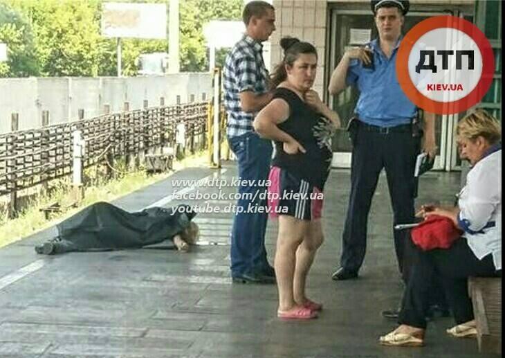 ФОТО: Мужчина умер на станции метро «Гидропарк»