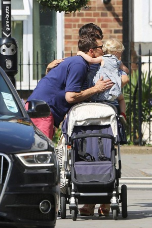 Джейми Дорнан со своей семьей на улицах Лондона