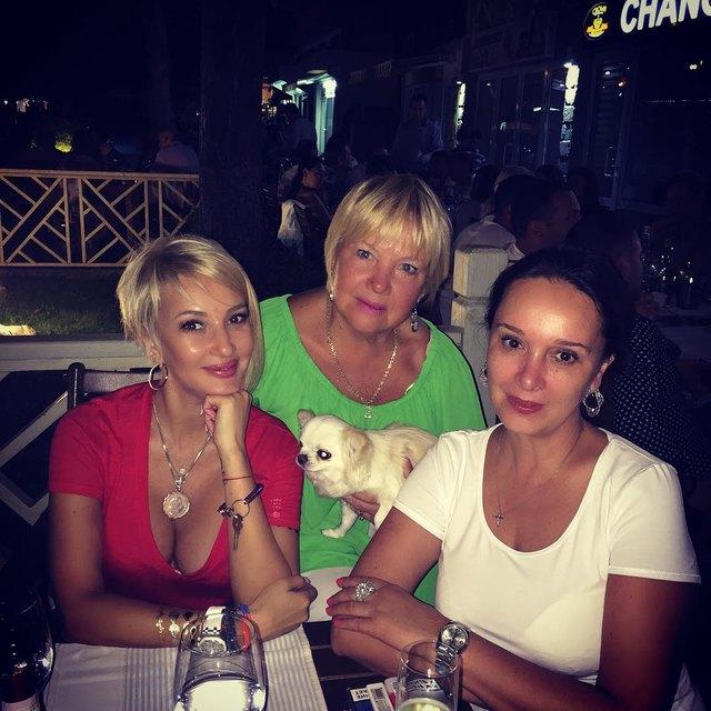 Лера Кудрявцева показала маму и сестру