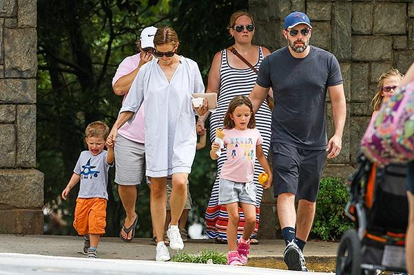 Бен Аффлек проводит время с семьей