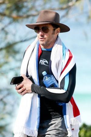 Хью Джекман на пляже Сиднея с семьей
