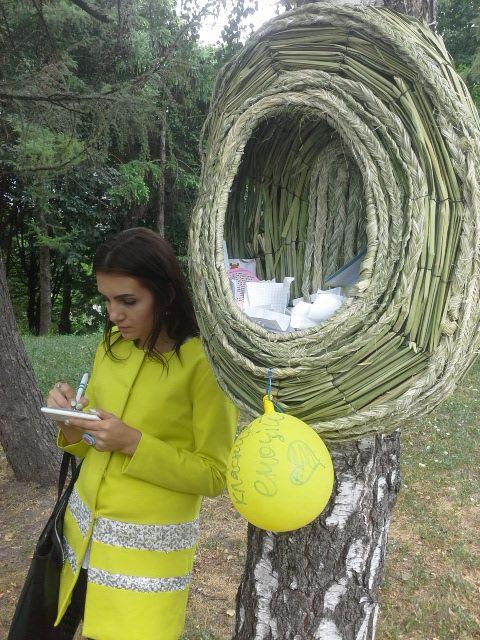 ФОТО: В Киеве соорудили колодец мечты и дупло желаний