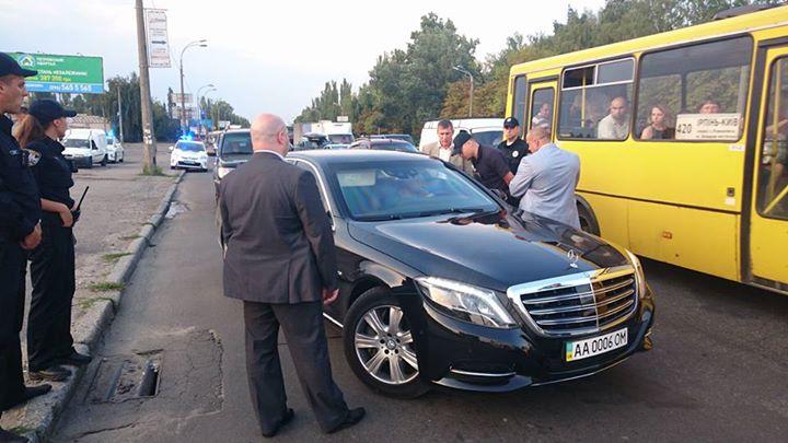 Киевская полиция остановила кортеж Суркиса (ФОТО)