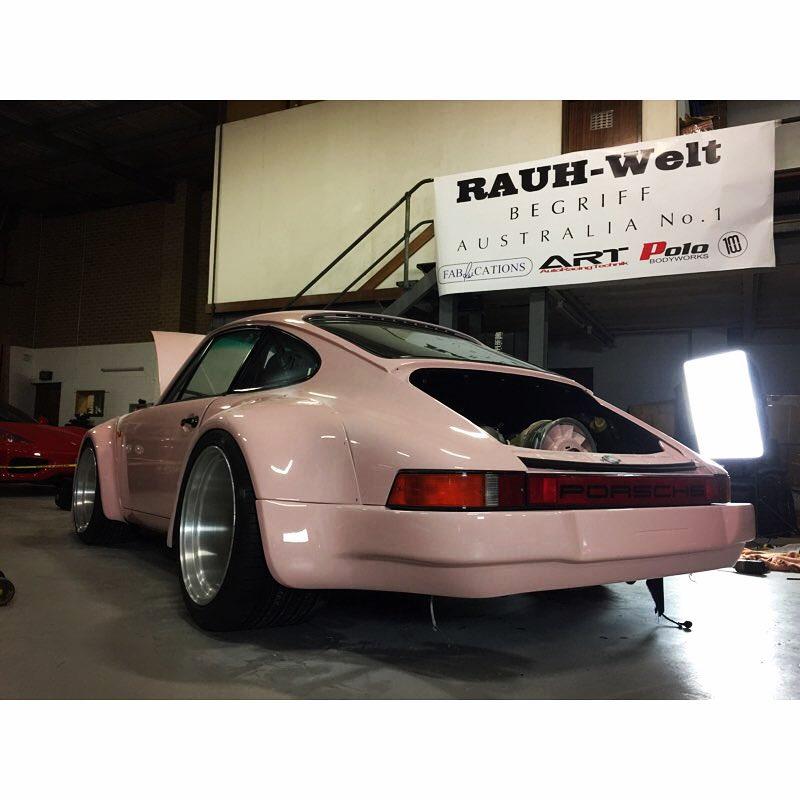 Розовый и очень широкий Porsche 911 (фото)