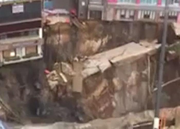 В Китае станция метро провалилась в воронку (видео)