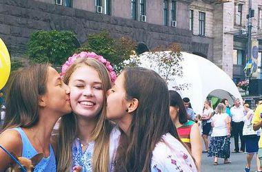 Дочь Веры Брежневой в вышиванке прогулялась по Крещатику