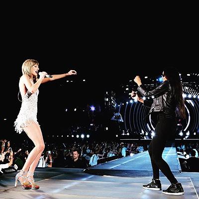 Тейлор Свифт и Лиза Кудроу спели песню «Smelly cat» (ВИДЕО)
