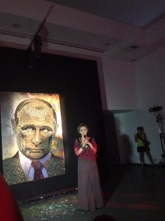 В Киеве выставили портрет Путина, выложенный из гильз (ФОТО)