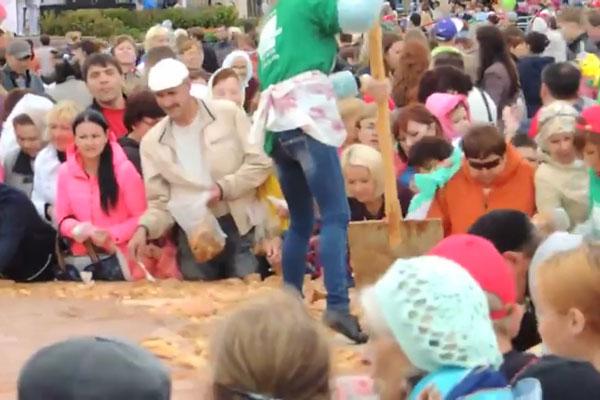 В России снова кормили людей с лопаты (ВИДЕО)
