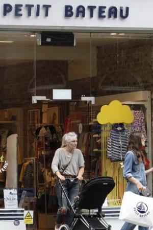 Кира Найтли на шопинге с дочерью и мамой