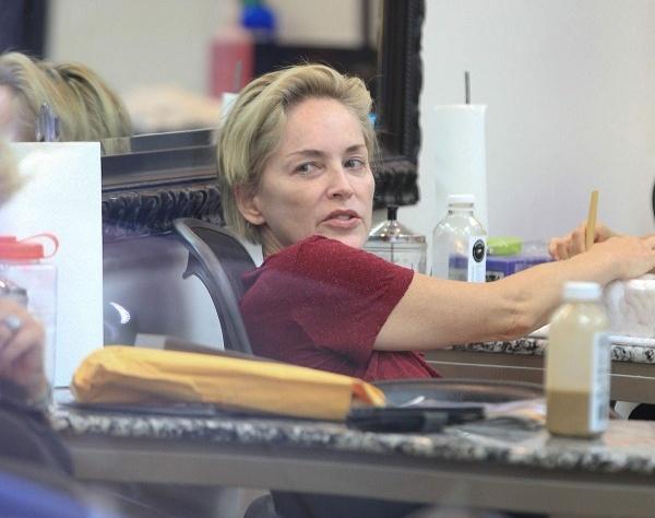 Папарацци поймали Шерон Стоун в салоне красоты