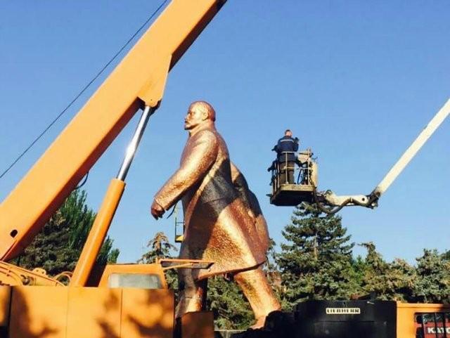 В Ильичевске сегодня демонтируют памятник Ленину