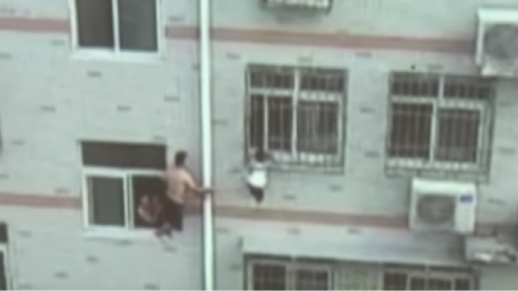 ВИДЕО: Китаец 20 мин шваброй держал выпавшую из окна девочку
