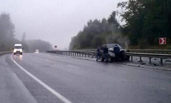 На трассе Киев-Чоп BMW проткнуло отбойником (ФОТО)