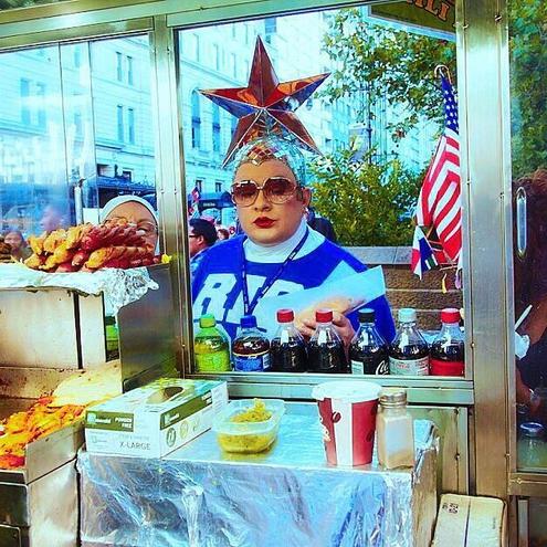 Верка Сердючка в вышиванке на улицах Нью-Йорка (ФОТО)